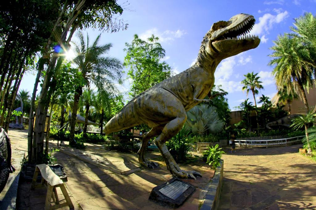 A dinosaur statue.